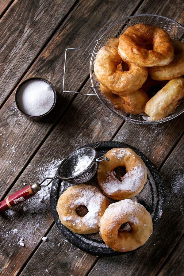 Eigengemaakte donuts met suikerpoeder stock foto