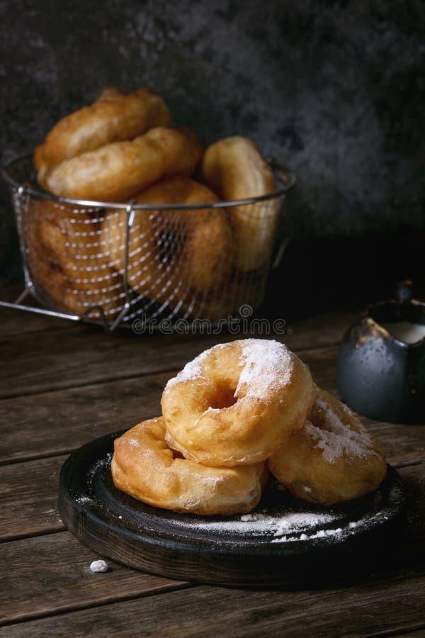 Eigengemaakte donuts met suikerpoeder royalty-vrije stock fotografie