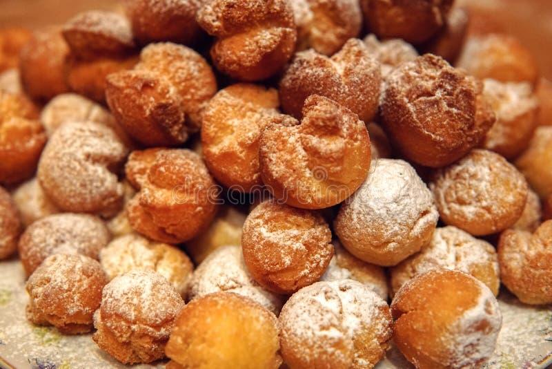 Eigengemaakte donuts met suikersuikerglazuur in een dienblad royalty-vrije stock foto's
