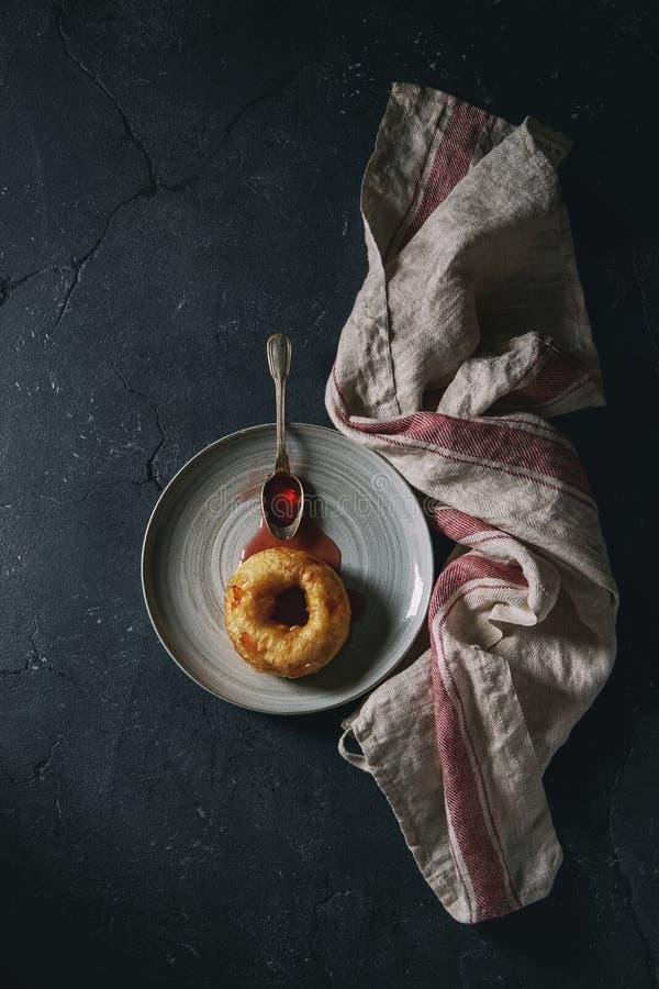 Eigengemaakte doughnut met jam stock fotografie