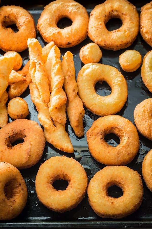 Eigengemaakte en heerlijke gouden donuts klaar te eten royalty-vrije stock afbeelding