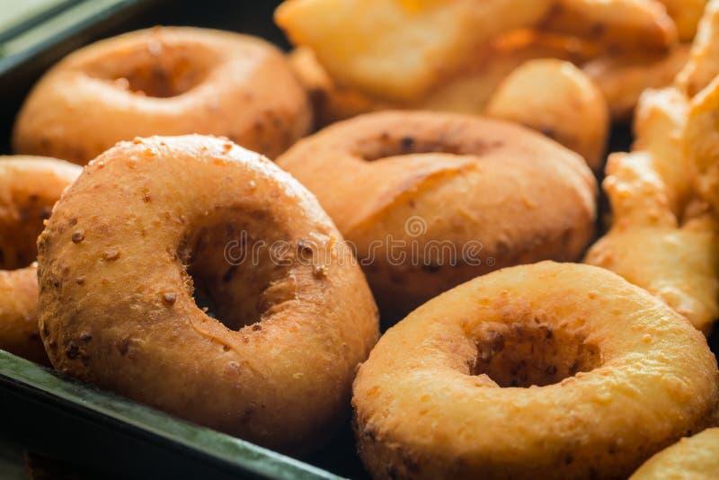 Eigengemaakte en heerlijke gouden donuts met gepoederde suiker stock afbeeldingen