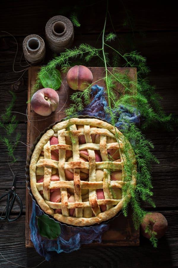 Eigengemaakte en rustieke die scherp met perziken van verse vruchten worden gemaakt royalty-vrije stock afbeelding