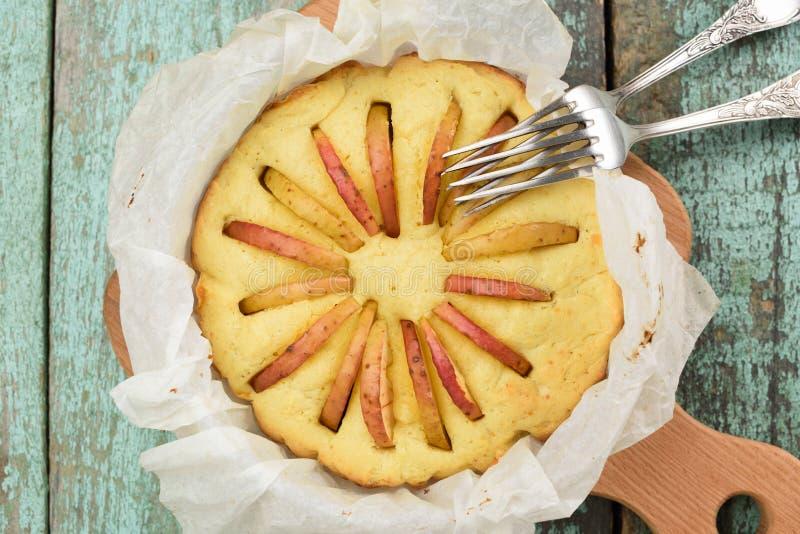 Eigengemaakte Engelse ronde die cake met appelen vers in document o worden gebakken royalty-vrije stock foto