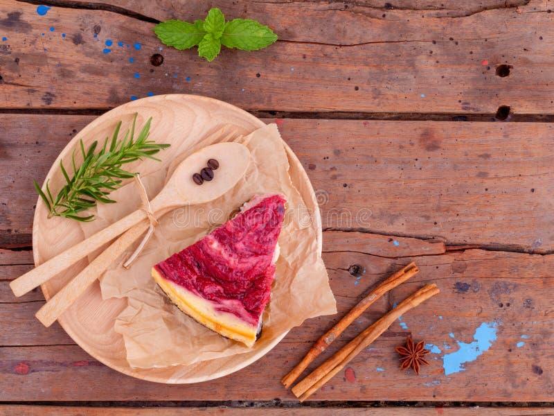 Eigengemaakte frambozencake met kop van koffie stock afbeelding