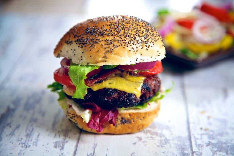 Eigengemaakte gastronomische Hamburger stock foto's