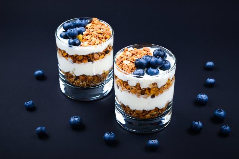 Eigengemaakte gebakken granola met yoghurt en bosbessen stock fotografie