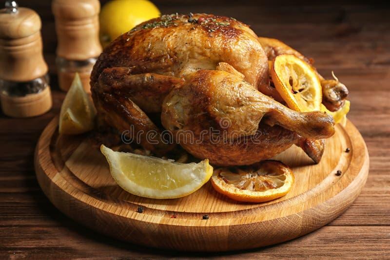 Eigengemaakte gebakken kip met citroen royalty-vrije stock afbeelding