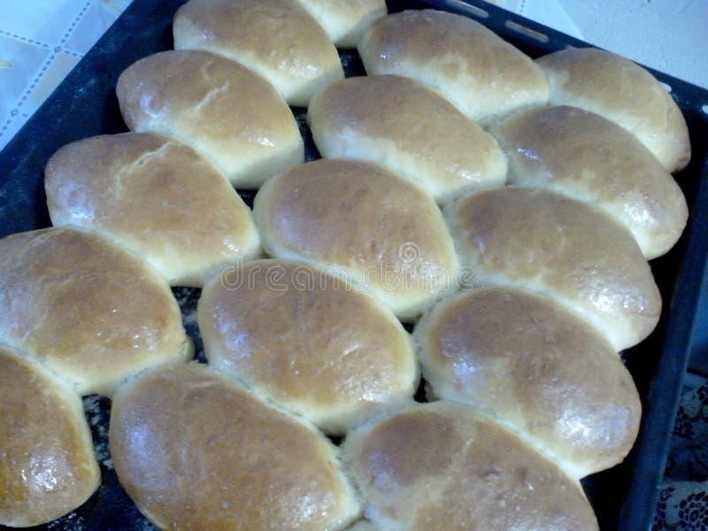 Eigengemaakte gebakken pastei op het bakselblad stock fotografie