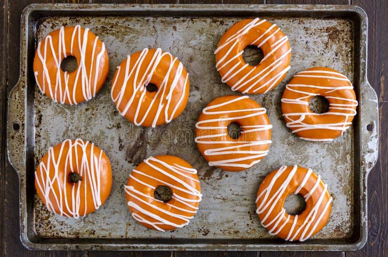 Eigengemaakte Gebakken Pompoen Donuts met Glans stock afbeeldingen