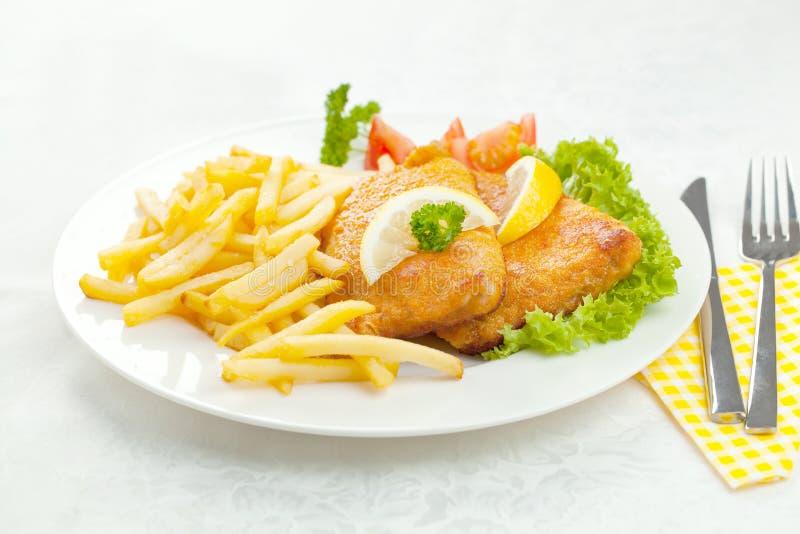 Eigengemaakte Gepaneerde Duitse Weiner-Schnitzel met Aardappels stock afbeeldingen