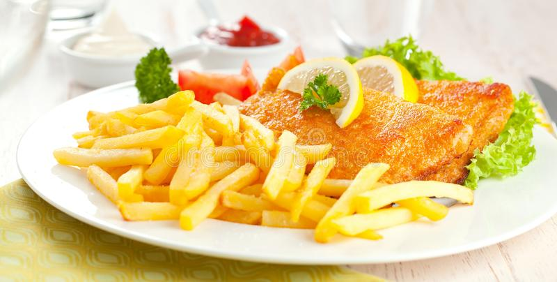 Eigengemaakte Gepaneerde Duitse Weiner-Schnitzel met Aardappels stock foto's