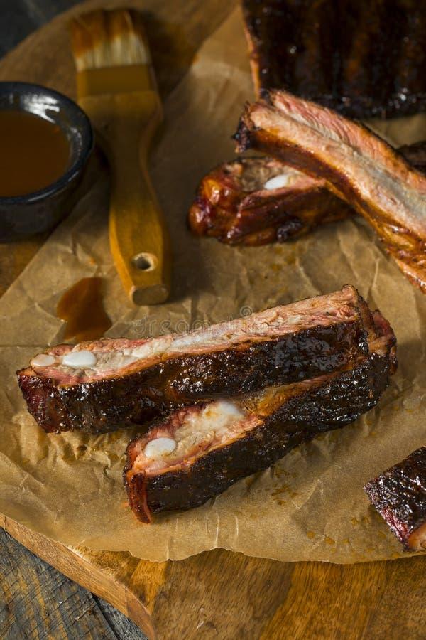 Eigengemaakte Gerookte Barbecue St Louis Style Pork Ribs stock afbeeldingen