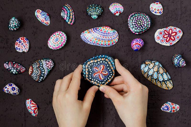 Eigengemaakte geschilderde puntpatronen op overzeese kiezelstenen en shells Stap 5 royalty-vrije stock foto's