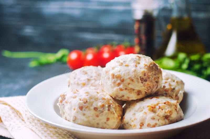 Eigengemaakte gestoomde vleesballetjes of vleesballetjes met kip en buckwhe royalty-vrije stock afbeelding