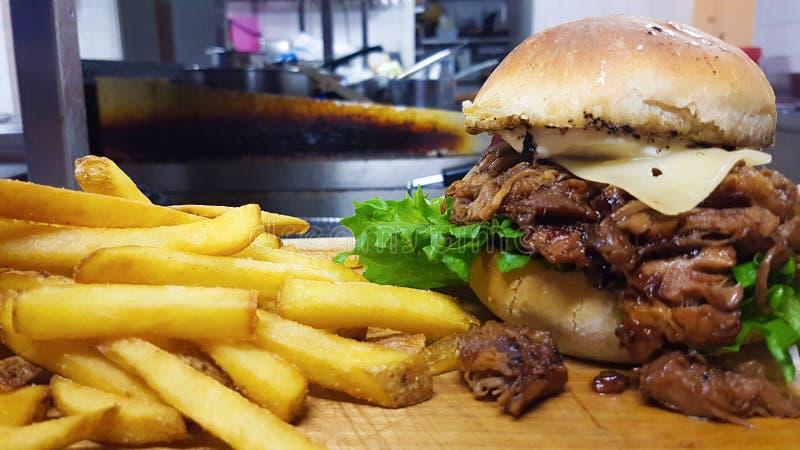 Eigengemaakte Getrokken varkensvleeshamburger royalty-vrije stock afbeelding
