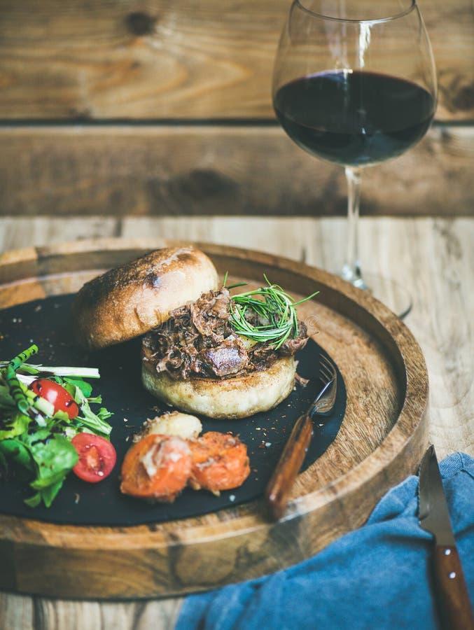 Eigengemaakte getrokken varkensvleeshamburger met koolsla en bbq saus royalty-vrije stock afbeelding