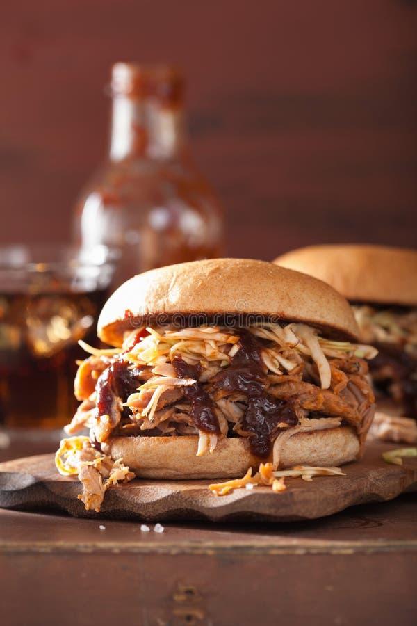 Eigengemaakte getrokken varkensvleeshamburger met koolsla en bbq saus stock fotografie