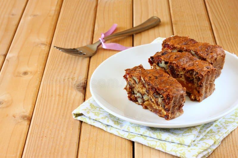 Eigengemaakte gezonde cake met droge vruchten royalty-vrije stock afbeelding