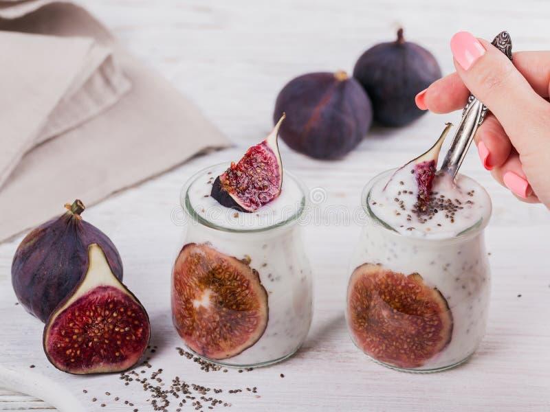 Eigengemaakte gezonde yoghurt in glaskruiken met fig. en chiazaden royalty-vrije stock afbeeldingen