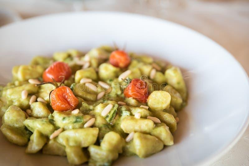 Eigengemaakte gnocchi is Italiaanse die deegwaren van aardappel worden gemaakt stock fotografie