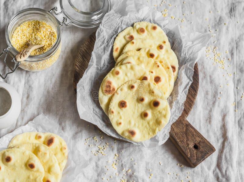 Eigengemaakte graantortilla op een houten rustieke scherpe raad stock foto's
