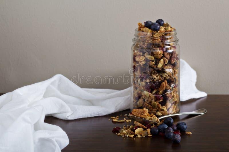 Eigengemaakte granola in een kruik stock afbeeldingen