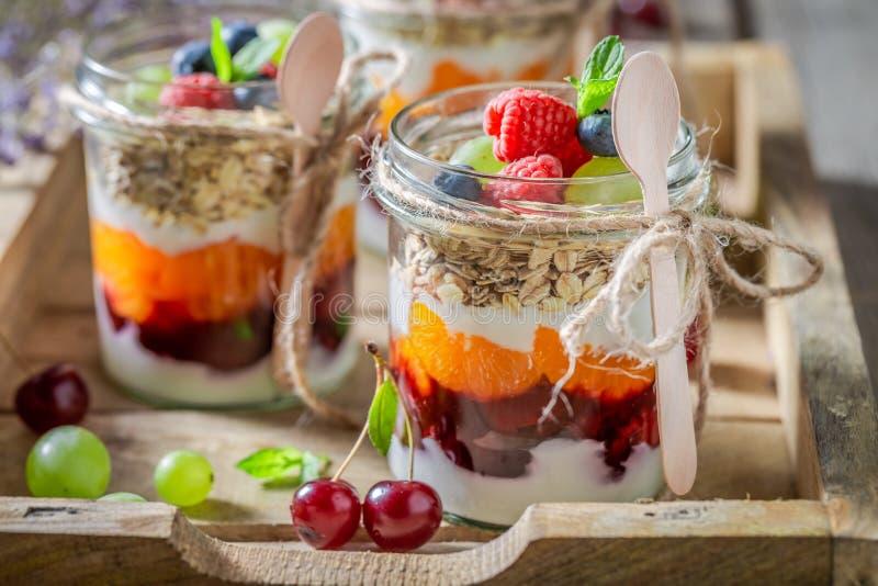 Eigengemaakte granola in kruik met yoghurt en verse bessen royalty-vrije stock fotografie