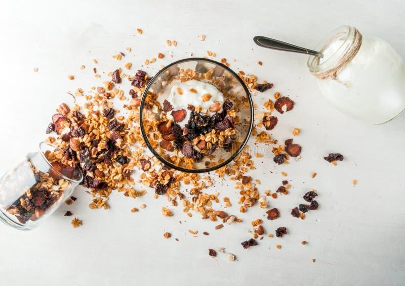 Eigengemaakte granola met droge vruchten en noten, organische yoghurt stock fotografie