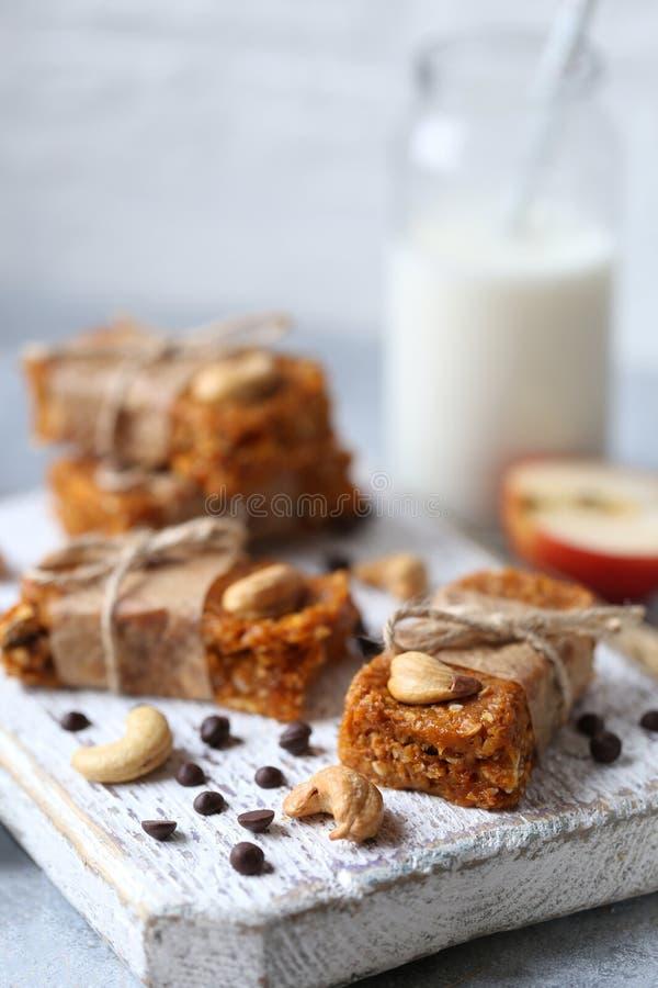 Eigengemaakte granola met havermeel, noten, droge abrikozen, gedroogd fruit stock foto's
