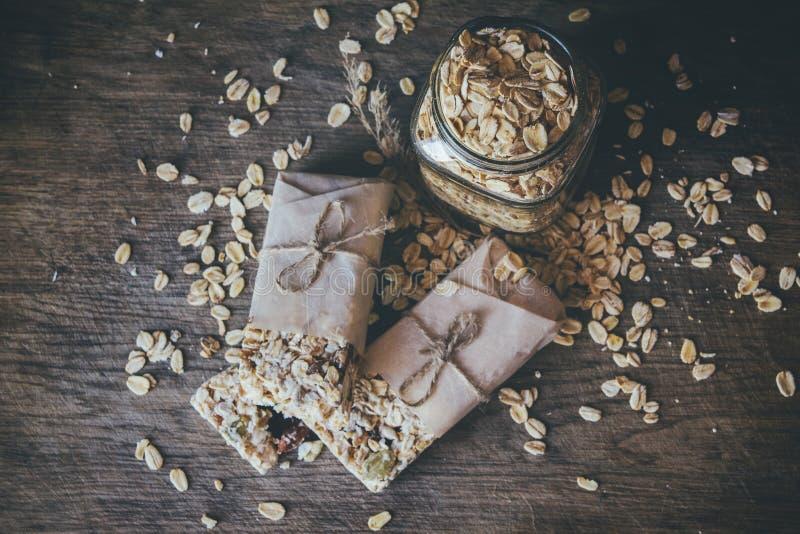 Eigengemaakte Granola met Nootmengeling in Kruik op houten raad op de achtergrond van de steenlijst Gezond voedselconcept royalty-vrije stock foto