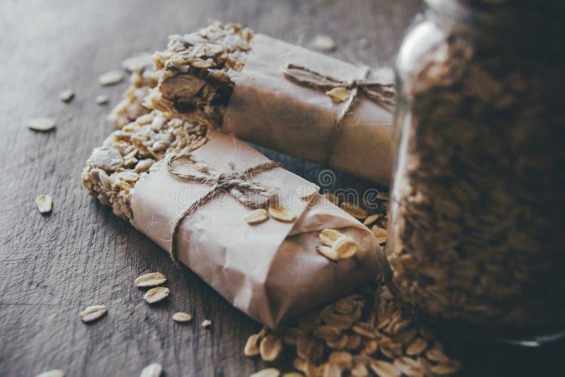 Eigengemaakte Granola met Nootmengeling in Kruik op houten raad op de achtergrond van de steenlijst Gezond voedselconcept royalty-vrije stock foto's