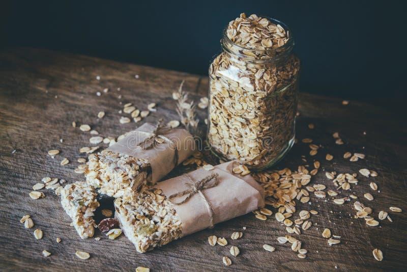 Eigengemaakte Granola met Nootmengeling in Kruik op houten raad op de achtergrond van de steenlijst Gezond voedselconcept royalty-vrije stock fotografie