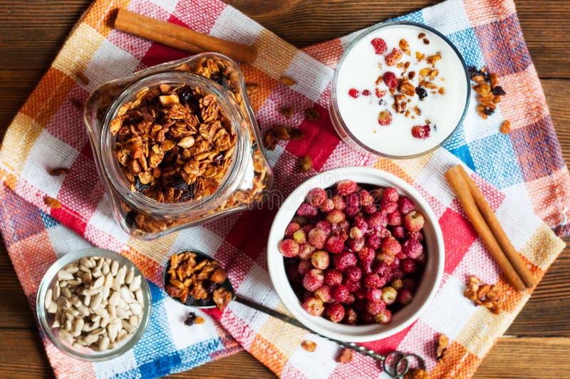 Eigengemaakte granola met wilde aardbeien en yoghurt stock afbeelding