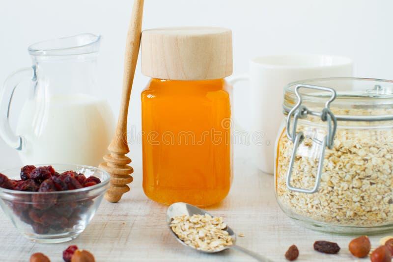 Eigengemaakte granola met yoghurt, noten, droge vruchten en honing royalty-vrije stock foto
