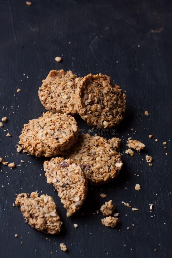 Eigengemaakte granolabars op een zwarte achtergrond stock afbeelding