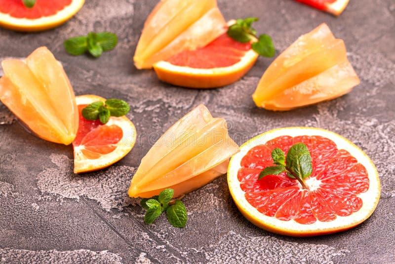 Eigengemaakte grapefruitijslolly met rijpe grapefruitplakken en verse munt royalty-vrije stock fotografie