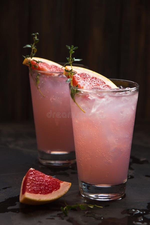 Eigengemaakte grapefruitlimonade met ijs in glas royalty-vrije stock fotografie