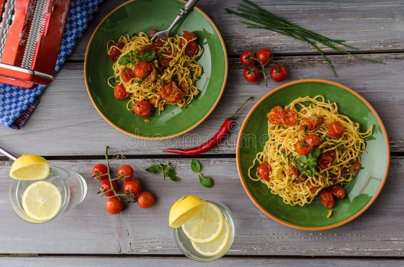 Eigengemaakte griesmeelspaghetti met kers royalty-vrije stock afbeeldingen