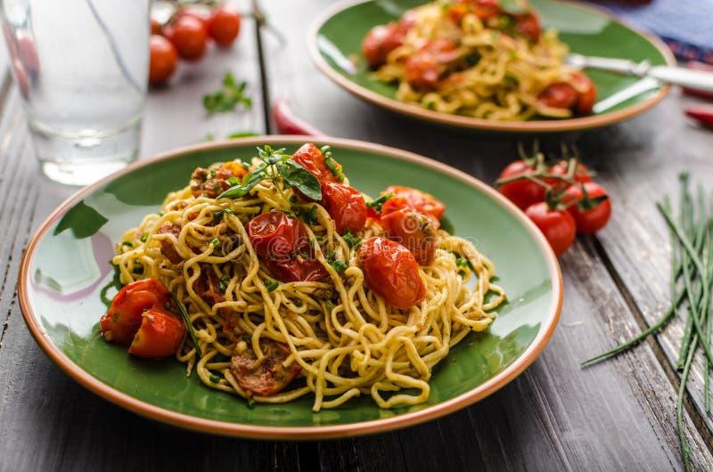 Eigengemaakte griesmeelspaghetti met kers royalty-vrije stock foto