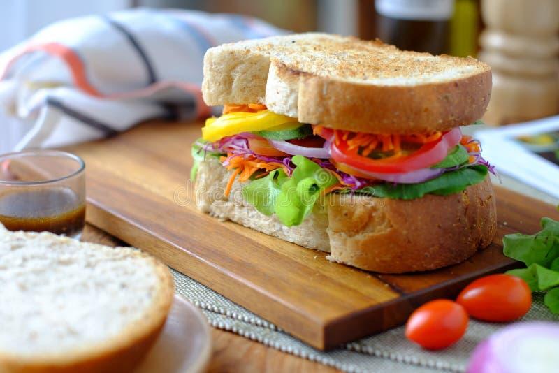 Eigengemaakte groentensandwich stock foto