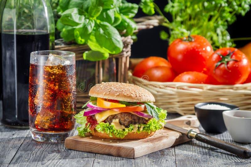 Eigengemaakte hamburger en een Cokes met ijs royalty-vrije stock afbeelding