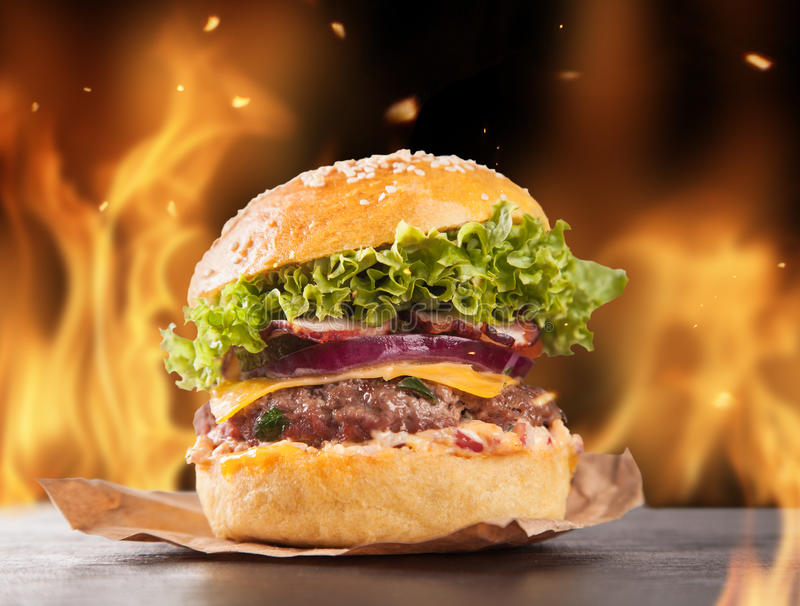 Eigengemaakte hamburgers met brand royalty-vrije stock foto's