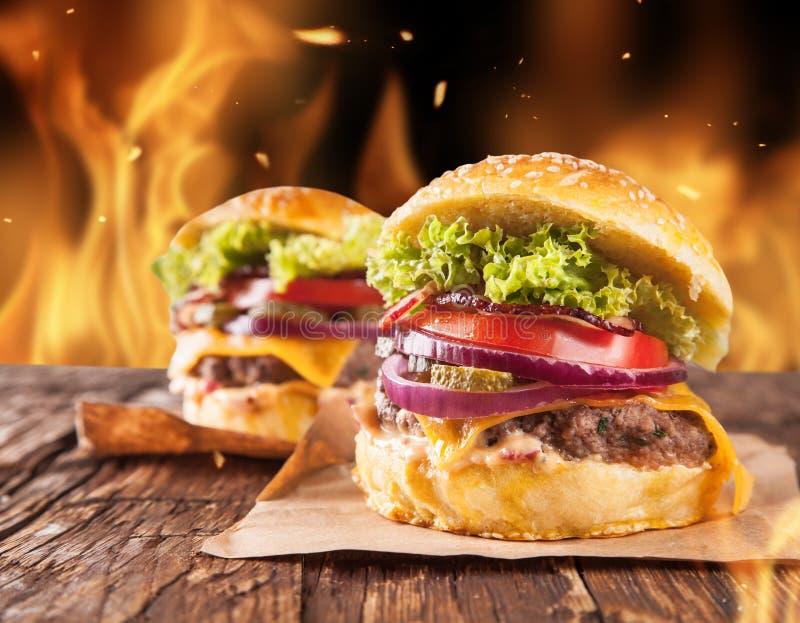 Eigengemaakte hamburgers met brand stock fotografie