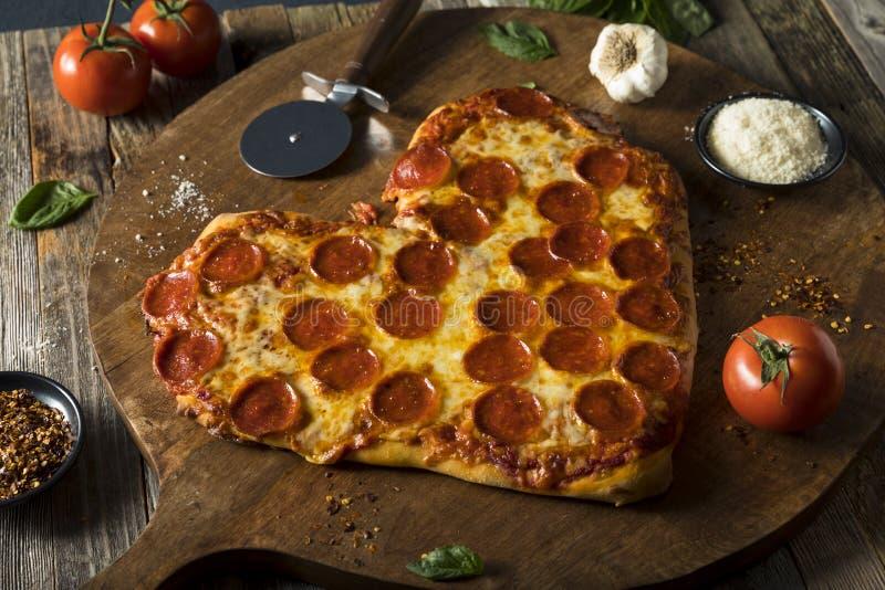 Eigengemaakte Hart Gevormde Pepperonispizza royalty-vrije stock foto