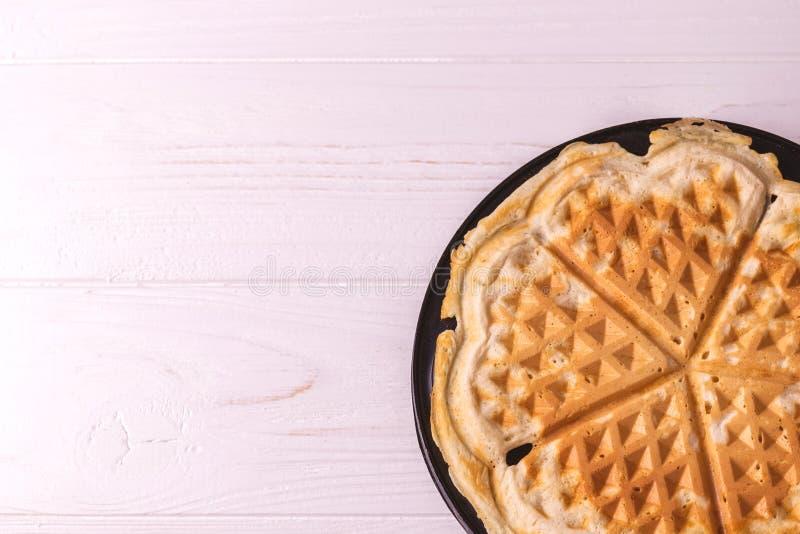 Eigengemaakte hart gevormde wafels in de pan van de ijzerwafel royalty-vrije stock afbeelding