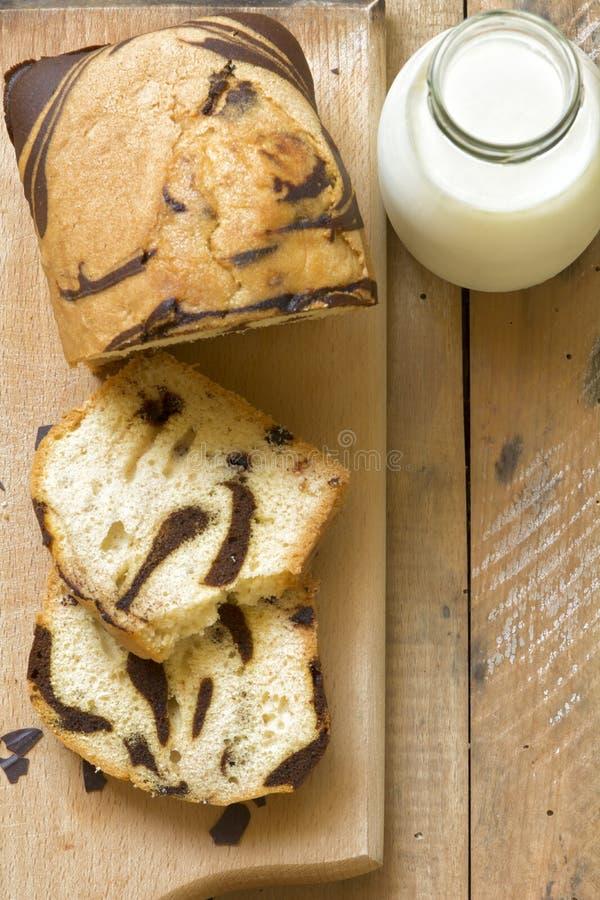 Eigengemaakte heerlijke cake en melk stock afbeeldingen