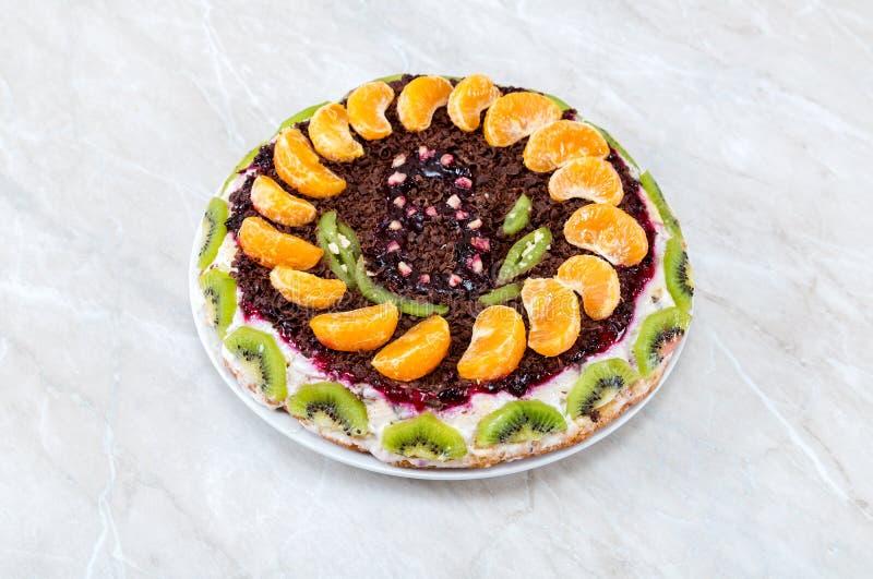 Eigengemaakte heerlijke cake met vruchten royalty-vrije stock foto