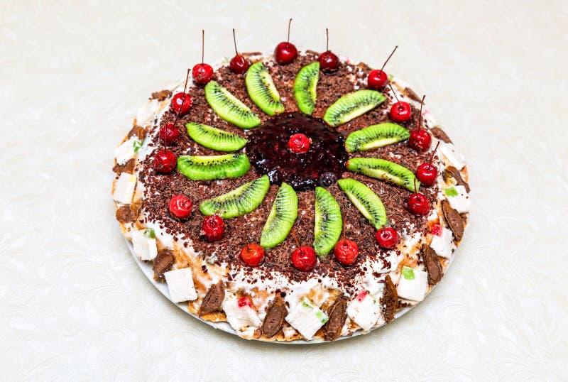 Eigengemaakte heerlijke zoete cake met vruchten stock foto's