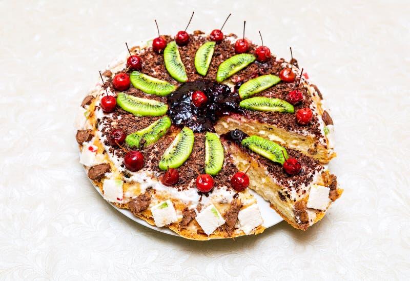 Eigengemaakte heerlijke zoete cake met vruchten royalty-vrije stock foto